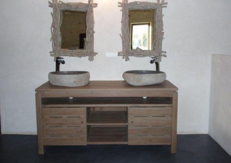 ... Aménagement Du0027une Salle De Bain Par Un Meuble En Teck Avec Vasques ...